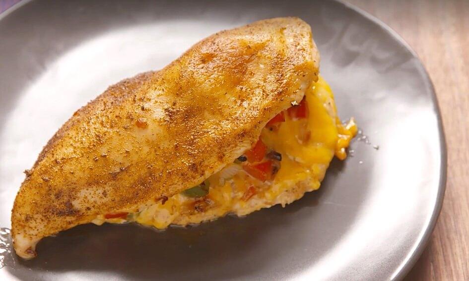 Recept: gevulde kipfilets met kaas en cajunkruiden