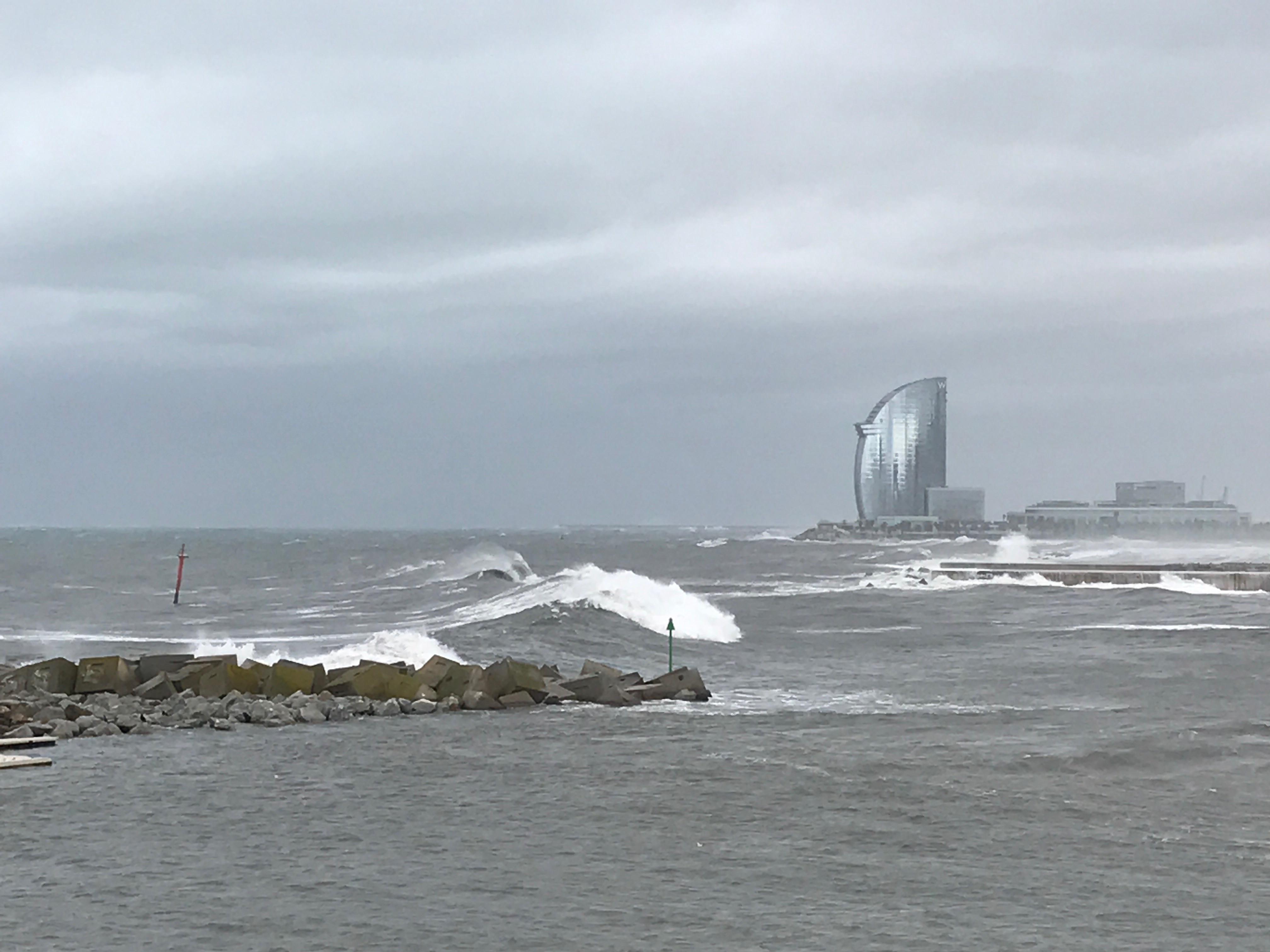Nederlands gezin wil storm aan Costa van dichtbij zien: alle vijf zee ingesleurd – Wel.nl