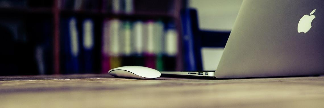 Help! Hoe maak ik het best mijn laptop schoon? | Hoemaakjehetbestejelaptopschoon | Schoonmaken | Laptopschoonmaken | Laptop | Het | Beste | Opruimen | Microvezeldoekje | Microvezel | Micro | Vezel | Doekje | Water | Vochtig | Stofvrij | Buitenkantschoonmaken | Buiten | Kant | Schoonmaken | HetBeeldscherm | Beeldscherm | Spray | Beeldschermspray | Toetsenbordspray | Toetsenbord | ToetsenbordLaptopSchoonmaken | ToeganspoortenSchoonmaken | Toeganspoorten | AndereOpeningen | DeAccuVanDeLaptop | Accu