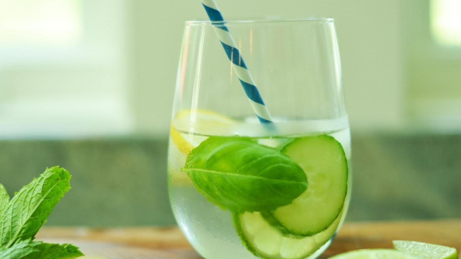 Komkommer water zorgt snel voor platte buik + Recept