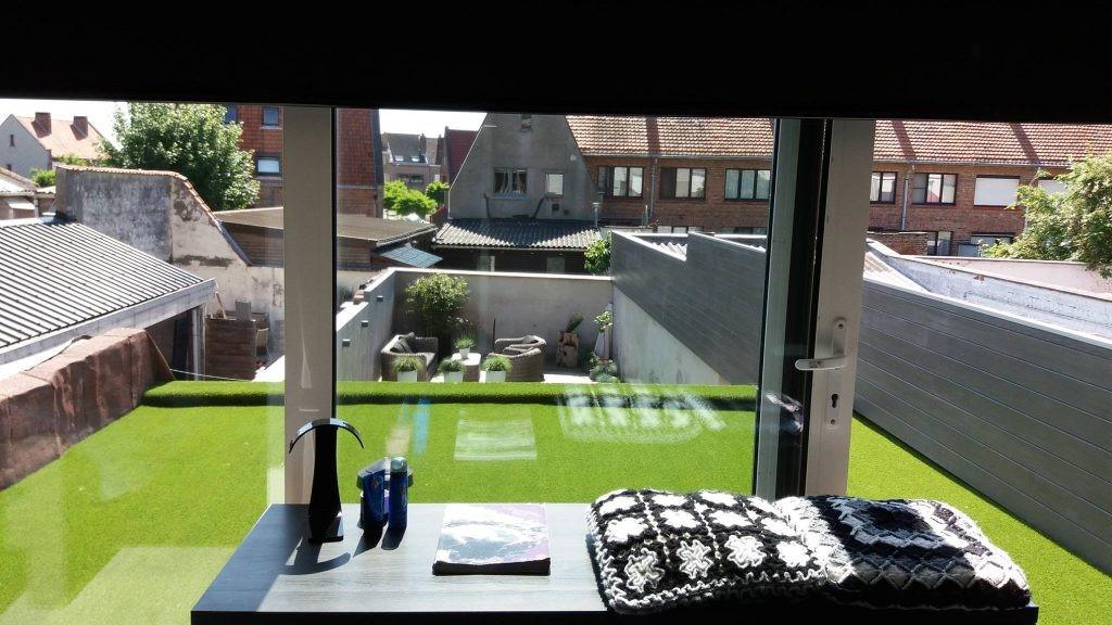 Kunstgras plaatsen op balkon of dakterras: Zo pak je dat aan